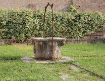 старый хорошо собрать дождевую воду в монастыре Стоковые Изображения