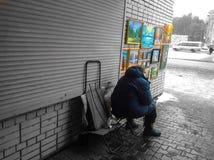 Старый художник думая о смысле жизни стоковая фотография rf