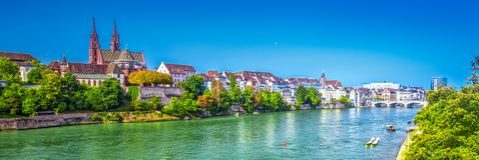 Старый центр города Базеля с собором Мунстер и Рейном, Швейцарией Стоковая Фотография RF
