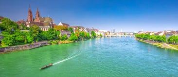 Старый центр города Базеля с собором Мунстер и Рейном, Швейцарией Стоковое Изображение