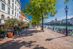 Старый центр города Базеля с собором Мунстер и Рейном, Швейцарией, Европой Базель город в северозападном Switzerl Стоковые Фотографии RF