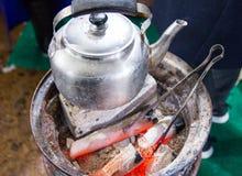 старый чайник на грилях угля Стоковые Фото