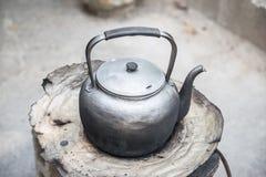 Старый чайник на печке Стоковое Фото