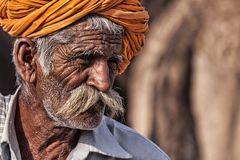 Старый человек Rajasthani с тюрбаном Фестиваль-Pushkar Стоковые Фотографии RF