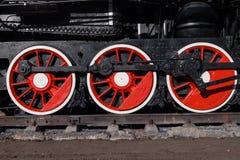 Старый черный, белый и красный локомотив стоит на рельсах внутри стоковые фотографии rf