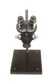 Старый черный изолированный микроскоп для научного исследования на whi Стоковые Изображения RF