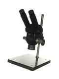 Старый черный изолированный микроскоп для научного исследования на whi Стоковые Фото