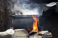 Старый черный котел с красными пламенем и дымом стоковые изображения rf