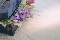 Старый черный ящик с открытой крышкой, под которой листья осени и w Стоковое Фото