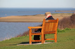 Старый человек пенсионера на прибрежном стенде Стоковое фото RF