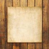 Старый чистый лист бумаги на предпосылке выдержанной коричневым цветом деревянной Стоковая Фотография RF