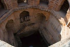 Старый шаг хорошо с окнами и шагами стоковые фото