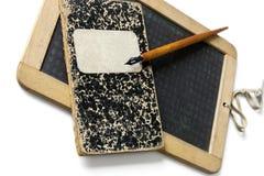 Старый шифер, penholder и книга тренировки стоковое фото