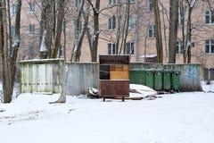 Старый шкаф брошенный в погань Стоковое Изображение
