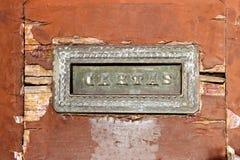 Старый шлиц почты в деревянной двери Стоковая Фотография RF