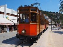 Старый электрический трамвай бежать между Soller и центром города Порта de Soller Стоковые Изображения