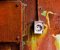 Старый электрический выход на ржавой железной стене Стоковое Изображение RF