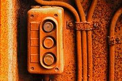 Старый электрический переключатель на ржавой железной стене Стоковое фото RF