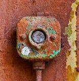 Старый электрический переключатель на ржавой железной стене Стоковая Фотография