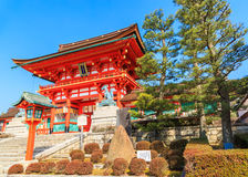 Старый японский деревянный строб и сад с голубым небом, Киото, Japa Стоковое Изображение