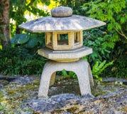 Старый японский каменный фонарик Стоковая Фотография RF