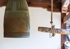 Старый японский колокол в виске, Киото, Япония Скопируйте космос для текста стоковая фотография