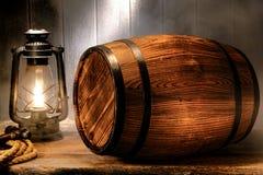 Старый деревянный античный бочонок вискиа в закоптелом пакгаузе Стоковое Изображение RF