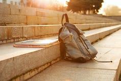 Старый backpack школы джинсовой ткани Стоковая Фотография RF