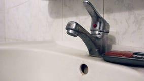 Старый faucet ванной комнаты, кран повернул дальше с руки, текущей воды акции видеоматериалы
