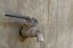 Старый faucet на старой стене Стоковое Фото