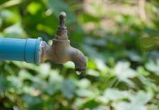 Старый faucet с падением воды Стоковые Фотографии RF