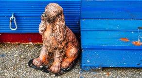 Старый figurine собаки, figurine с голубыми деревянными лестницами, английскими Стоковое Фото