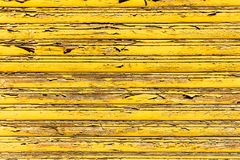 Старый grunge и выдержанные желтые деревянные планки стены текстурируют предпосылку отмеченную долгой выдержкой к элементам Стоковая Фотография RF