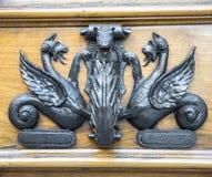 Старый knocker двери на деревянной двери Стоковые Изображения