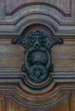 Старый knocker двери на деревянной двери Стоковые Изображения RF