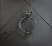 Старый knocker двери на железной двери Стоковая Фотография RF