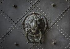 Старый knocker двери на железной двери Стоковые Изображения