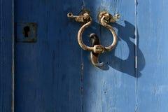 Старый knocker двери на сини Стоковая Фотография RF