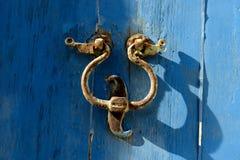 Старый knocker двери на сини Стоковое фото RF