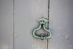 Старый knocker двери на старой деревянной двери Стоковое Изображение RF