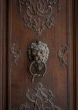 Старый knocker двери на деревянной двери Стоковое фото RF