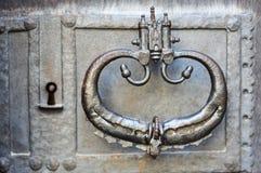 Старый knocker двери на железной двери Стоковое Изображение