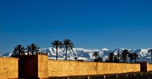 Старый Marrakech Medina смотря на снежные горы атласа Стоковая Фотография RF