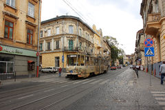 Старый streetcar идет вдоль улиц вечера Стоковая Фотография