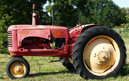 Старый Unrestored трактор Massey-Херрис Стоковая Фотография RF