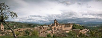 Старый Urbino, Италия, городской пейзаж на тускловатом дне Стоковое Изображение