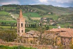 Старый Urbino, Италия, городской пейзаж на тускловатом дне Стоковое Фото