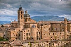 Старый Urbino, Италия, городской пейзаж на тускловатом дне Стоковые Фотографии RF