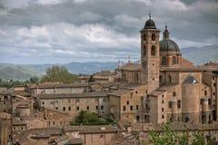 Старый Urbino, Италия, городской пейзаж на тускловатом дне Стоковая Фотография RF