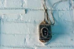Старым дверной звонок поврежденный годом сбора винограда на стене стоковые изображения rf
